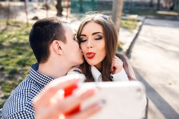 写真を撮る前に舌を示す若い女性