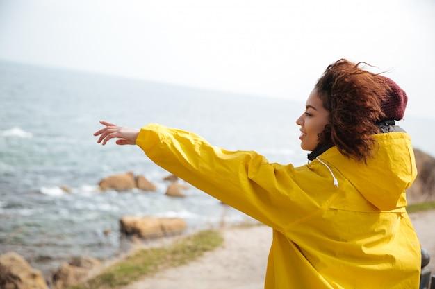 Молодая женщина, показывая на расстоянии