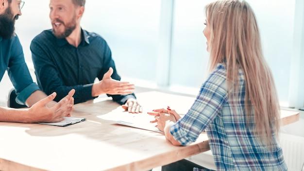 Молодая женщина, сидя на собеседовании в офисе. концепция занятости