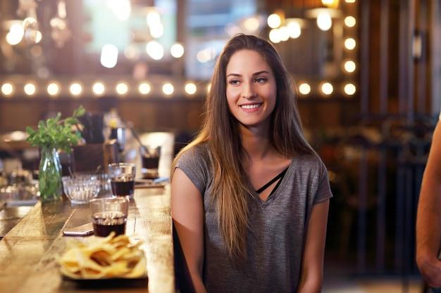 Молодая женщина сидит в кафе