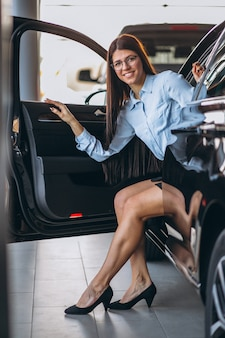 젊은여자가 차에 앉아