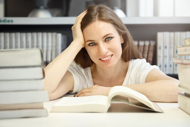 図書館に座っている若い女性