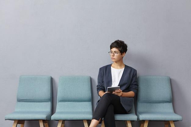 待合室に座っている若い女性
