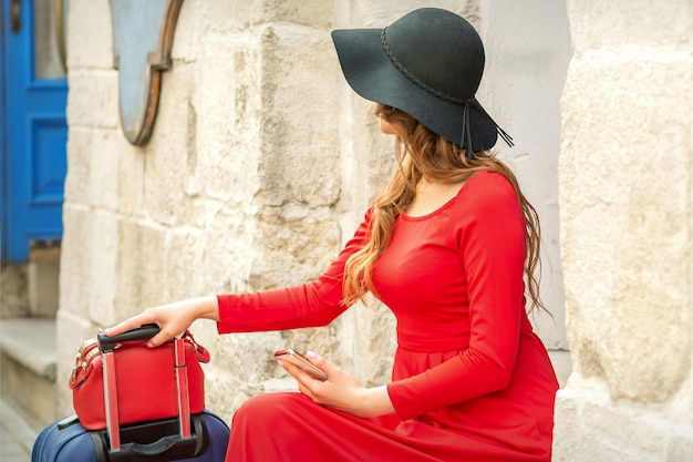Молодая женщина, сидящая на лестнице