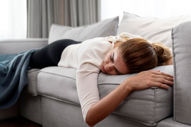 Giovane donna che dorme sul divano