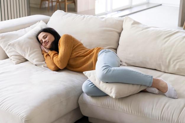 Giovane donna che dorme a casa