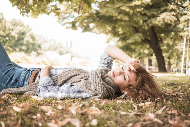 Молодая женщина, спать на парк травы