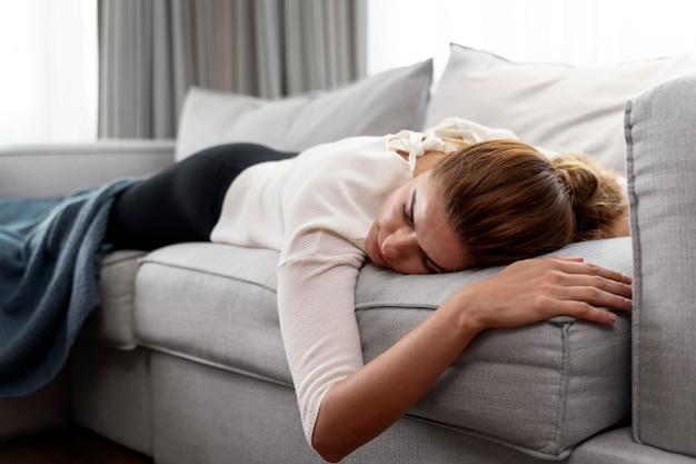 소파에서 자고 있는 젊은 여성