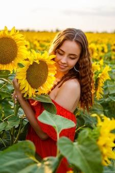 해바라기의 분야에서 일몰에 웃 고 젊은 여자 빨간색에서 백인 모습의 귀여운 소녀 ...