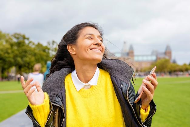 공원에서 웃 고 젊은 여자