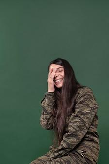 녹색에 고립 된 웃는 젊은 여자