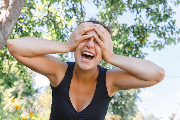 공원 또는 정원 녹색 배경 무료 시간에 쉬고 야외 아름 다운 갈색 머리 소녀 미소 젊은 여자 ...