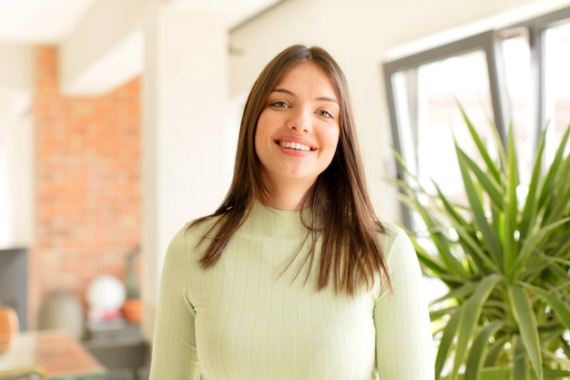 積極的に笑顔で自信を持って幸せそうに見える若い女性