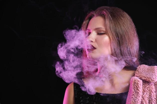 어둠 속에서 흡연하는 젊은 여자