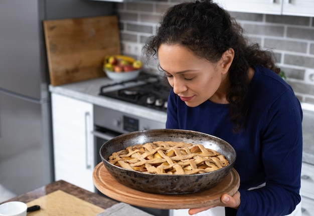 完成したパイを喜んで嗅ぐ若い女性