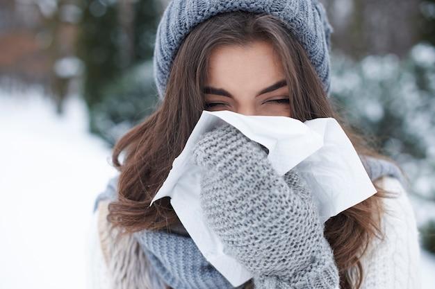 冬に居眠りする若い女性