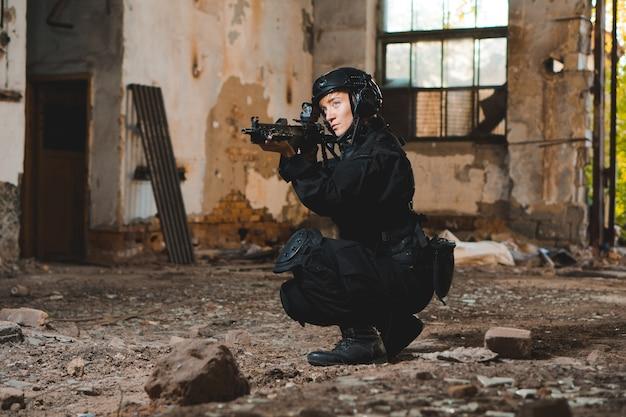 Молодая женщина-солдат в черной форме