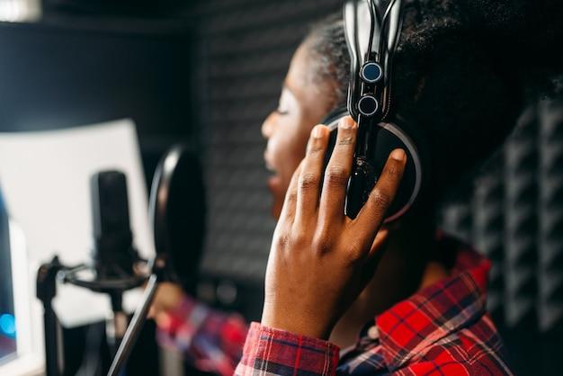 Песни молодой женщины в студии звукозаписи