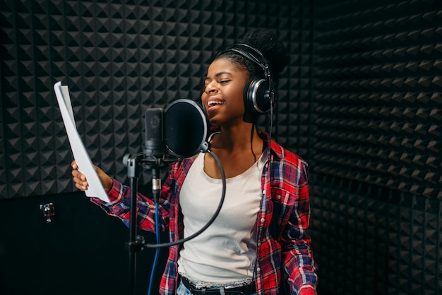オーディオレコーディングスタジオで若い女性の歌