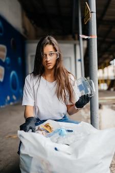 Молодая женщина сортирует мусор. концепция утилизации. ноль отходов