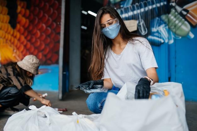 Молодая женщина, сортирующая мусор. концепция рециркуляции. нулевые отходы