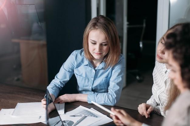 사무실 첫 번째 직업 개념 학생 기술의 젊은 여성 전문가