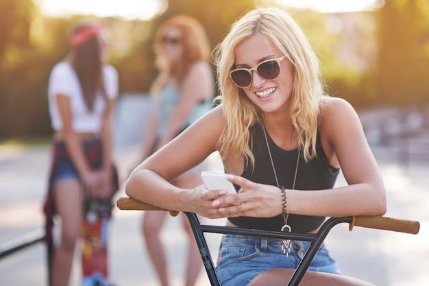 スケートパークで一緒に時間を過ごす若い女性