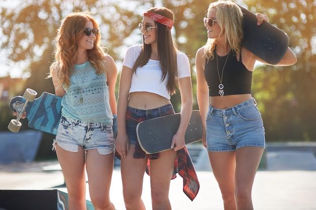 Молодая женщина, проводящая время вместе в скейтпарке