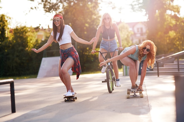 Giovane donna di trascorrere del tempo insieme in skatepark