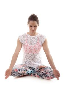 Giovane donna in abbigliamento sportivo meditando