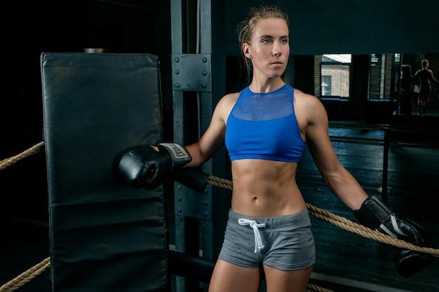 リングでポーズをとる若い女性スポーツ選手
