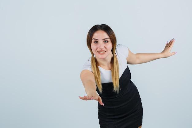Giovane donna che allarga le mani con gioia