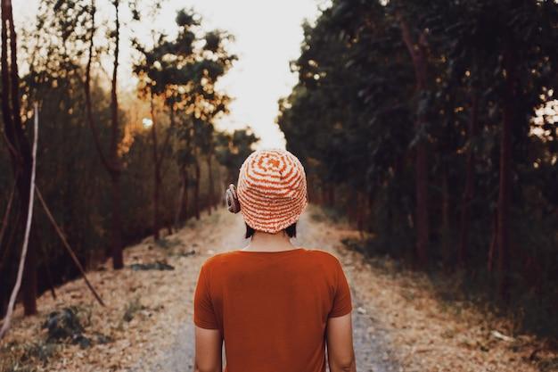 배경에 야생 숲 산과 야외 혼자 서 있는 젊은 여자
