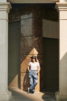 大理石に立っている若い女性
