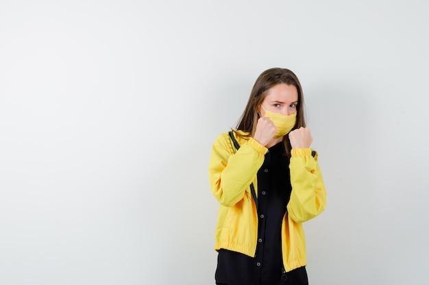 Молодая женщина, стоящая в позе боя