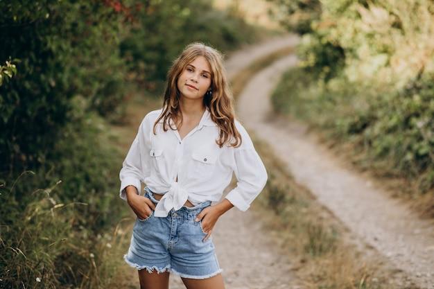公園に立っている若い女性