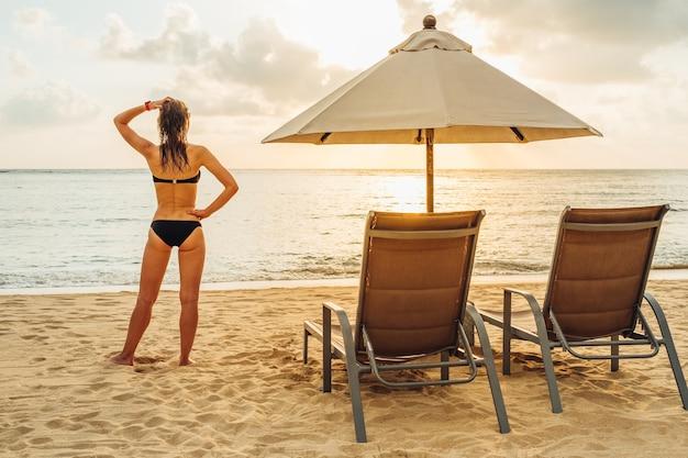 ビーチに立っている若い女性