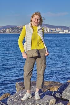 젊은 여자는 marmara 바다와 이스탄불의 도시 근처에 서