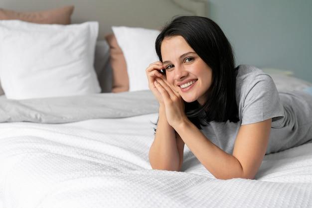 Молодая женщина, оставаясь в постели с копией пространства