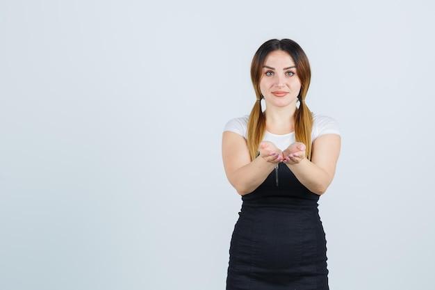 Молодая женщина, протягивая сложенные чашкой руки