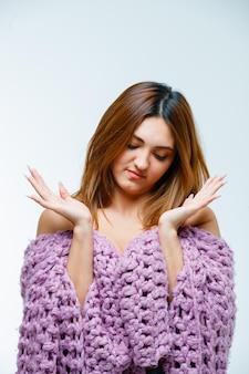 Молодая женщина, вопросительно протягивая руки