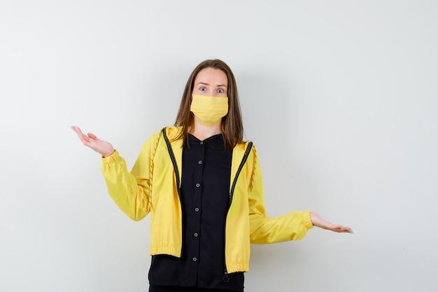 Giovane donna che allunga le mani in modo interrogativo e sembra perplessa