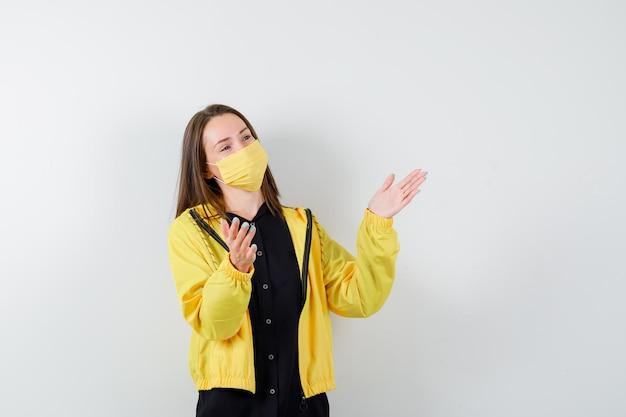 Молодая женщина протягивает руки, чтобы показать размер