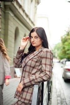 안경을 쓴 거리에서 젊은 여자 학생