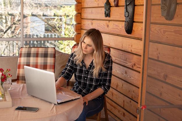공부하는 젊은 여자 학생, 현대 기술, 온라인 교육 개념 사진