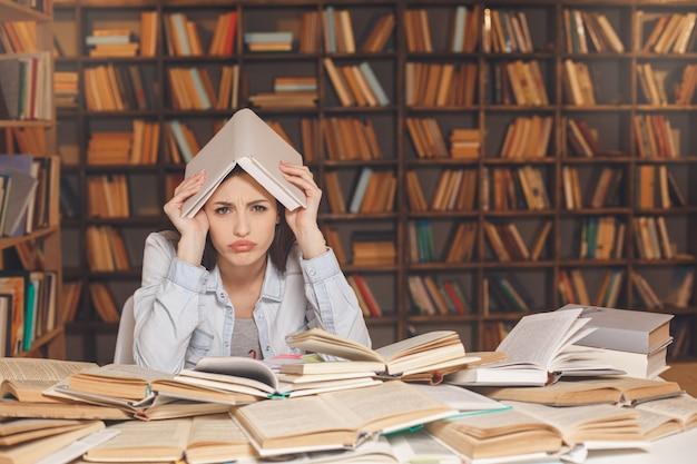 혼자 도서관에서 공부하는 젊은 여성