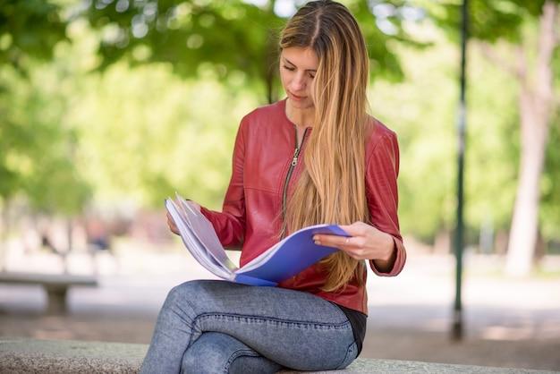 公園で勉強している若い女性