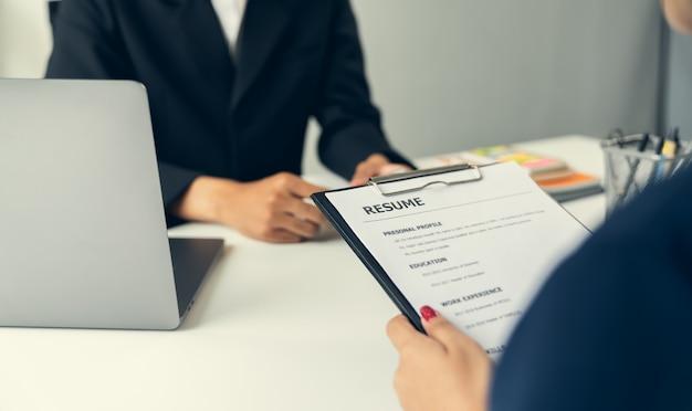 若い女性は、オフィスでの就職の面接の履歴書を提出します。質の高い雇用の概念。