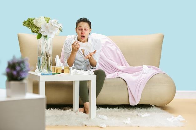 家庭のほこりや季節性アレルギーに苦しんでいる若い女性