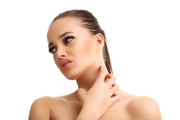 흰색 배경 위에 절연 인후염으로 고통받는 젊은 여자